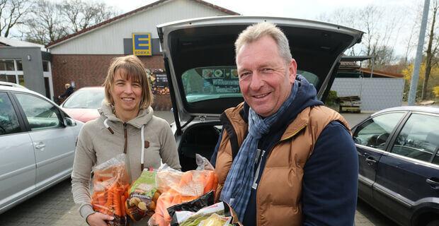 Hella Dietz und Carsten Jesußek unterstützen Risikopatienten während der Corona-Krise beim täglichen Einkauf.