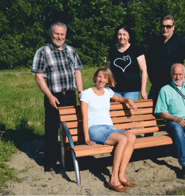 Die neue Sitzbank am Sielingsee in Aktion.