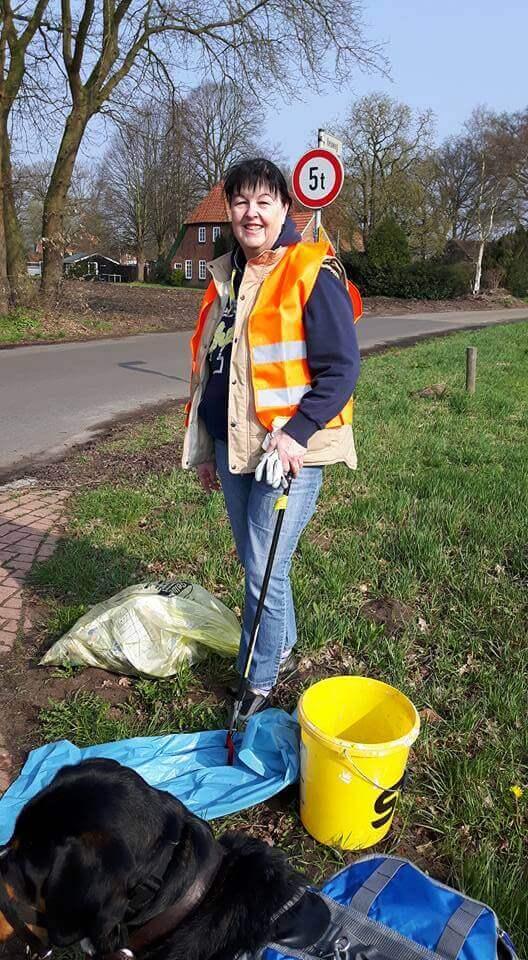 """Aktion """"Saubere Landschaft"""": Sarah, Inga und Hund Gada haben Heide vom Müll befreit."""